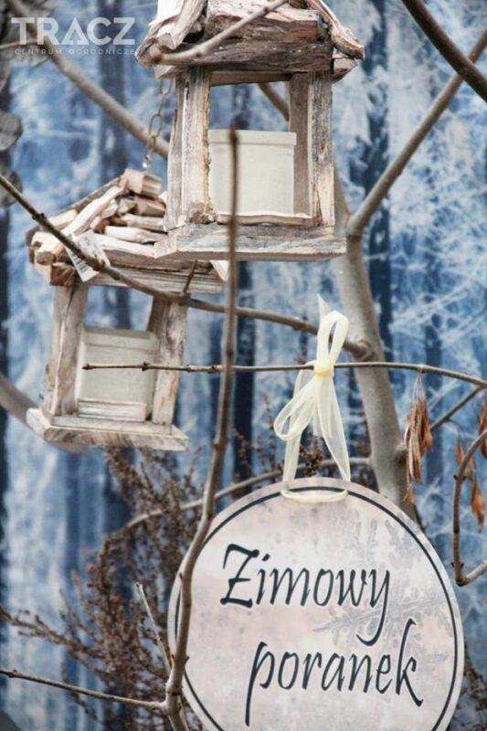 zimowy poranek, lampiony z drewna, dekoracje bożonarodzeniowe